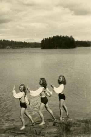 Tanssijoita Tanhuvaaran kalliolla kesällä 1952.