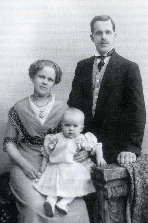 Oskar ja Helena Rokkanen ja tytär Mirjam vuonna 1912.