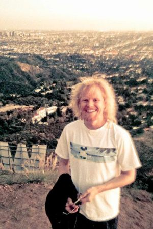 Mies, taustalla näkyy Los Angelesin kaupunkia.