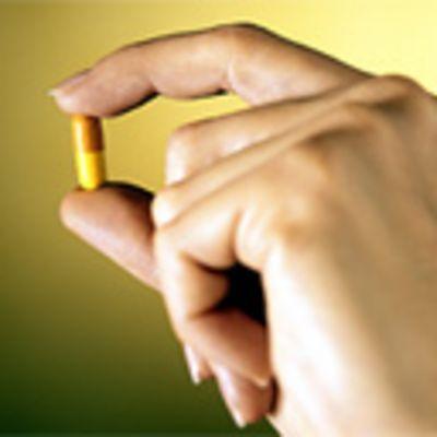Lääkekapseli kädessä