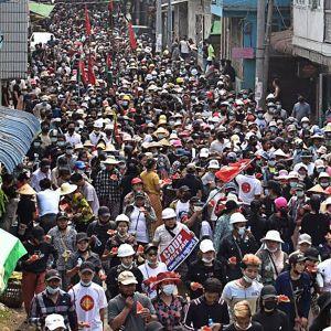 Sotilasvallankaappausta vastustavia mielenosoittajia kadulla Hpakantissa, Myanmarissa.