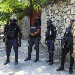 Haitilaisia turvallisuusjoukkoja vartiossa presidentin asunnon edessä.