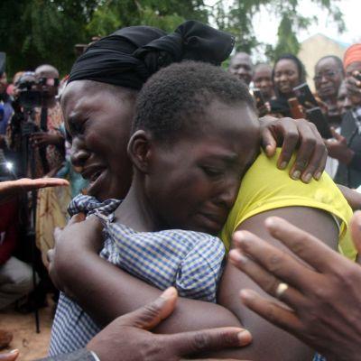Äiti halaa tytärtään, jonka asejengi vapautti viikonloppuna Nigeriassa.