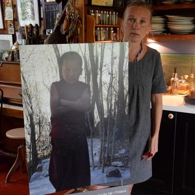 kvinna med plakat