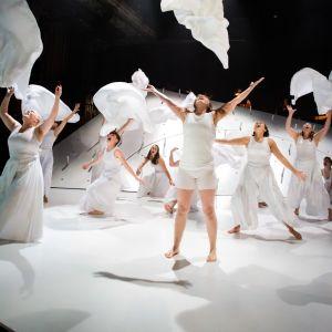 ur kalevalaproduktionen på ÅST: en massa vitklädda kvinnor kastar upp vita tygstycken på scen