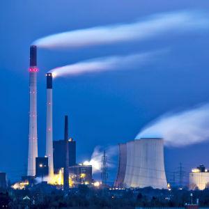 Höga fabrikspipor som tillhör Unipers kraftverk i Tyskland.