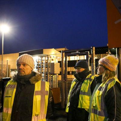 Strejkvakter vid Postens logistikcentral i Lundo.