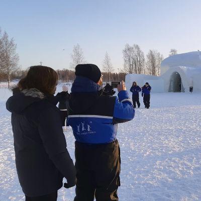 Aasialaisia matkailijoita Kemin Lumilinnan edustalla.