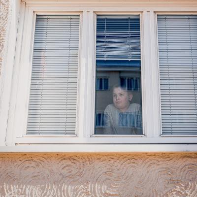 Roope Lehto katselee ulos ikkunasta.