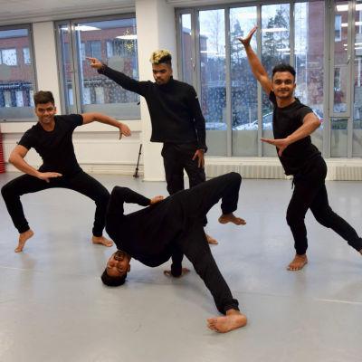 Fyra dansare från Sri Lanka besöker Hurja Piruetti.