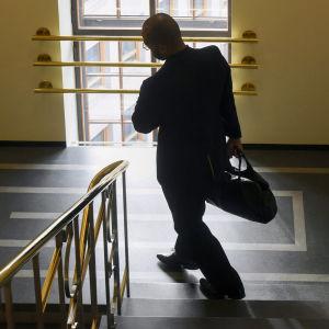 Jani Tovola går i en trappa