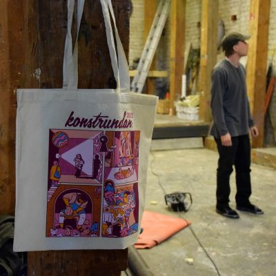 väska och man i lagerutrymme