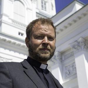 Biskop Teemu Laajasalo står på Helsingfors domkyrkas trappa.