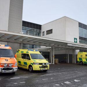 Ambulansseja Tyksin päivystyksen edustalla.