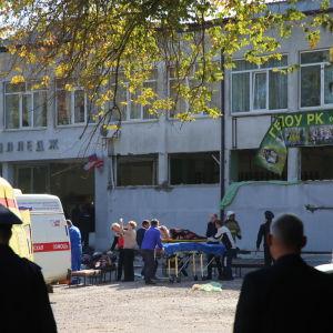 Ambulanser utanför en skola på Krim som utsattes för en attack.