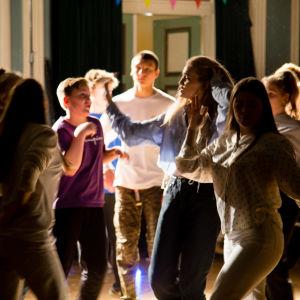 En grupp tonåringar dansar på en fest.