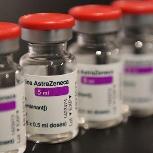Flaskor med Astra Zenecas vaccin.