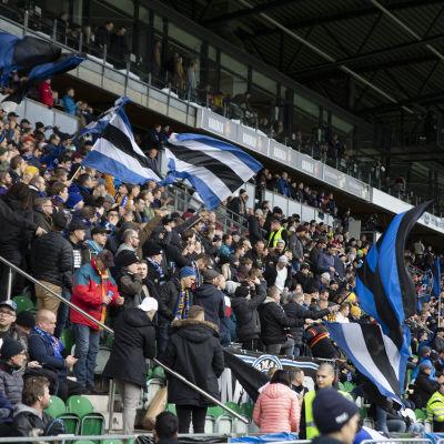 Intersupportrar på Kuppisstadion på fotbollsligans slutsålda finalmatch 19.10.2019.