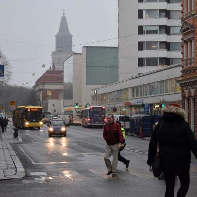 Jalankulkijoita ja liikennettä Turun Linnankadulla.