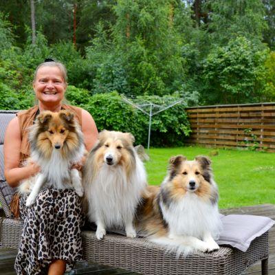 Esteri Lähderanta med sina tre hundar.