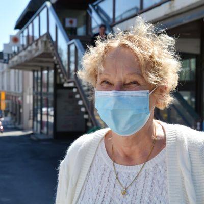 Säde Lindholm utomhus i munskydd.