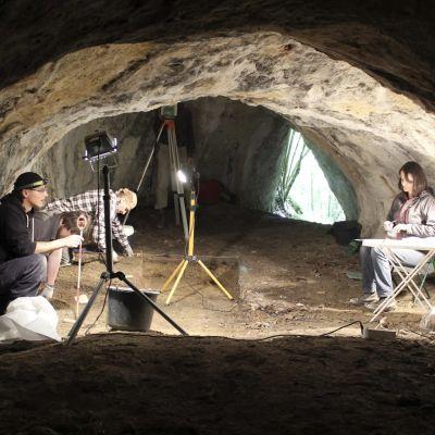 Arkeologinen kaivaus Tunel Wielki -alueen luolassa Puolassa.