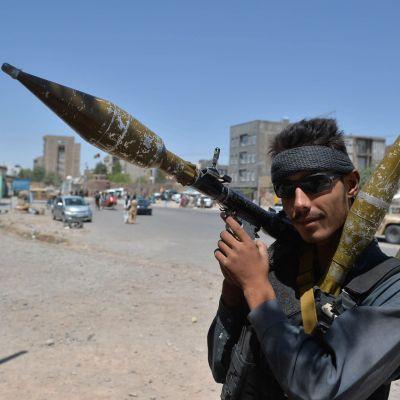 Aseistautunut poliisi Heratissa Afganistanissa.
