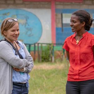 Inka Kovanen Plan Suomesta Etiopialaisen koulun pihalla