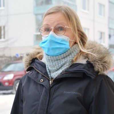 Anna Brandt utomhus med munskydd på.