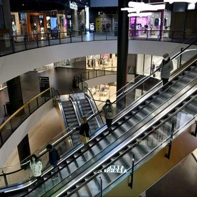 Ihmisiä Mall of Tripla kauppakeskuksessa Helsingissä 1. huhtikuuta 2021.