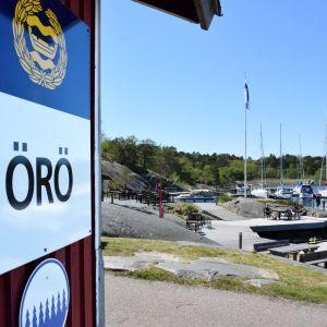 En Örö-skylt vid hamnen på Örö.