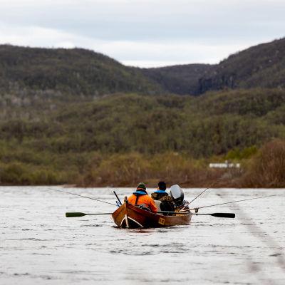 Kalastajat soutavat lohta Tenojoella.