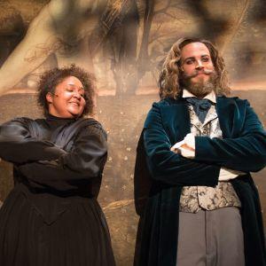 Skådespelarna Tuuli Heinonen och Aaro Wichmann i Åbo Svenska Teaters uppsättning av Jane Eyre.