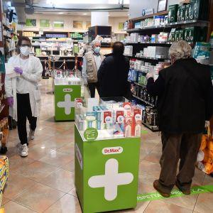 Kunder i ett apotek