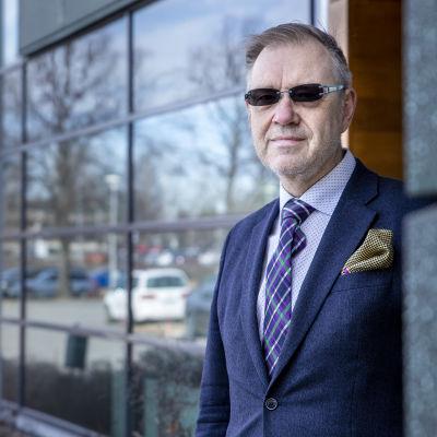 Vesa-Pekka Kangaskorpi poseeraa kameralla Keskisuomalaisen toimituksen ovella.