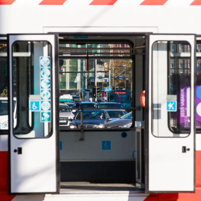 Raitiovaunu pysähtyneenä Tallinnan keskustassa ovet auki