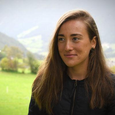 Jenny Fellman blickar ut över bergsvyerna i Anterselva
