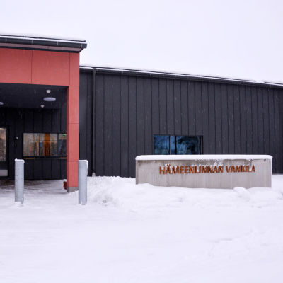 ingång med skylt till tavastehus fängelse i vinterväder