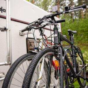 Anniina Vilkin ja Jani kedon polkupyörät kulkevat matkailuauton perässä.