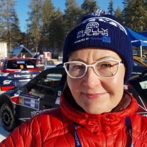 Visit Rovaniemen toimitusjohtaja Sanna Kärkkäinen Rovaniemen MM-rallissa.