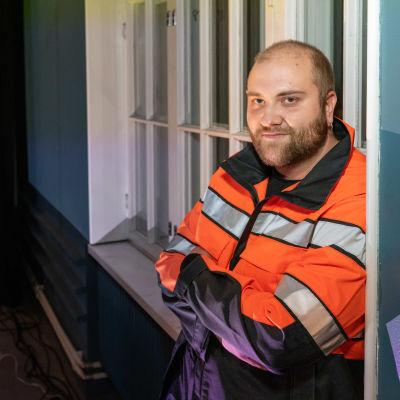 Näyttelijä Esko Korpelainen nojaa seinään Kaukasuksen esityksen lavasteissa.