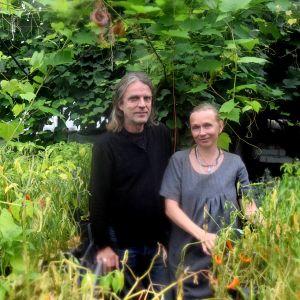 man och kvinna i grönska