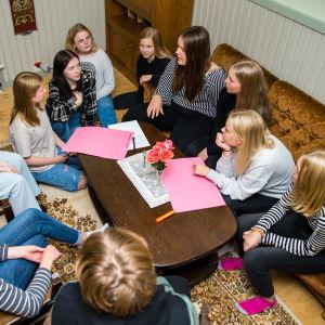 Viitasaaren yläkoulun oppilaat suunnittelevat tarinaa uuteen pakohuonepeliin.