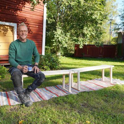 En man på en bänk.