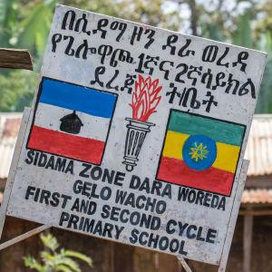 Koulun kyltti Etiopiassa