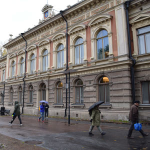 Ihmiset kävelevät Turun kaupungintalon edustalla.