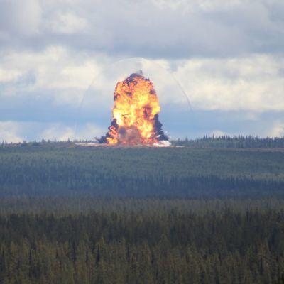 Puolustusvoimien käytöstä poistettuja räjähteitä hävitetään räjäyttämällä Kittilän Hukkakerossa.