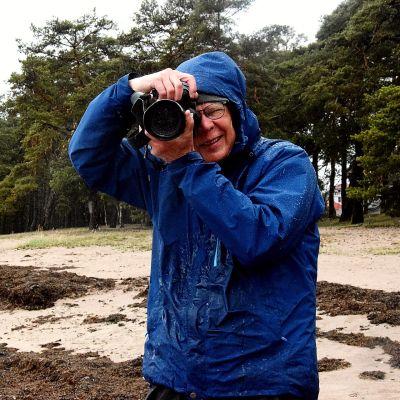 man med kamera på strand