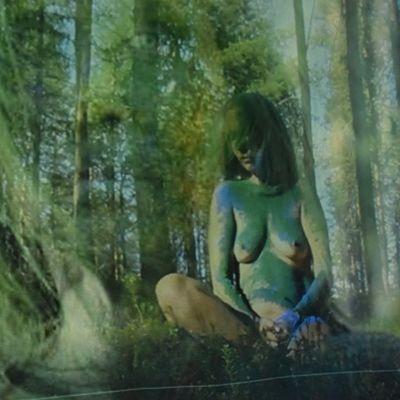 stillbild ur video av naken kvinna i skog