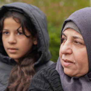 Sabriya al-Fayyad puistossa tyttärensä kanssa.